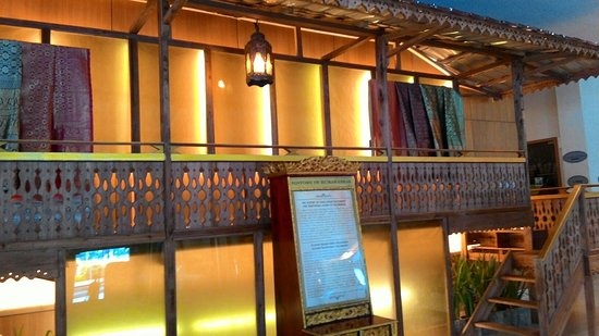 Foto Hotel Aryaduta Palembang. Lantai kusam. Kamar yang sempit buat saya. Bintang  5. Tapi hiasan bunga di meja lobby bunga plastik ... 0973cbb7f8