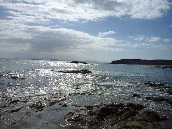 Playa de Papagayo: tramonto con vista su Fuerteventura da una spiaggia vicino a playa Papagayo