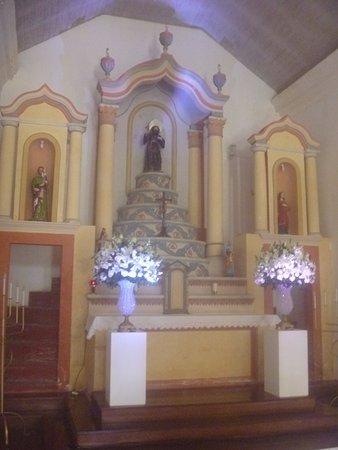 Канасвьерас: Retábulo em linhas clássicas com o santo São Francisco de Paula no centro