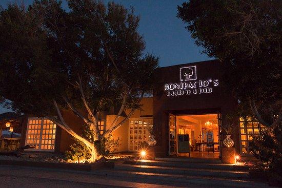 Bonifacio's Cotton Club: Fachada y pasillo a la terraza