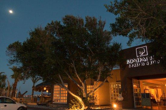 Bonifacio's Cotton Club: fachada y luna