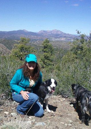 Πρεσκάτ, Αριζόνα: Laura and her pups Jolly and Roo leading a walk near Groom Creek.