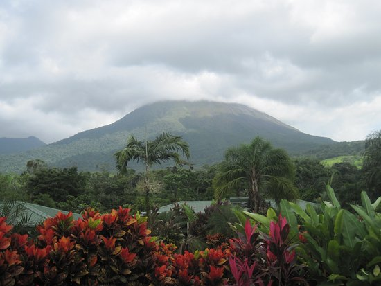 Arenal Manoa Hotel: Viewl of Arenal Volcano from outside our room