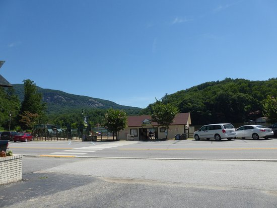 Lake Lure, Kuzey Carolina: View of lake/beach access directly across the street from our room