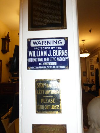Lake Lure, NC: Old fashioned signage at the hotel checkin