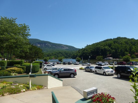 Lake Lure, NC: View of lake from hotel entrance