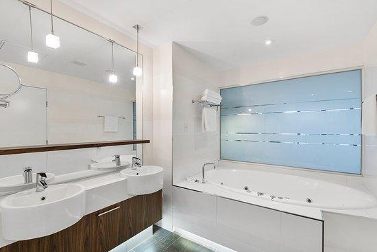 Taylors Lakes, Avustralya: Deluxe King Spa bathroom