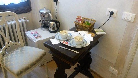 Novella House: Desayuno en la habitación, dejan para hacer. Hay cafetera y jarra eléctrica