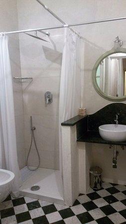 Novella House: Excelente baño, cómodo, amplio, moderno