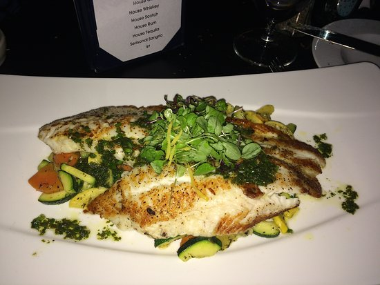 Cedar Knolls, Nueva Jersey: This is the Filet of Sole, served atop fresh cooked vegetables. The Sole was so tender and decad