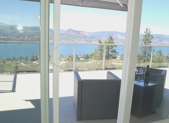 Naramata, Canadá: Private patio with stunning views