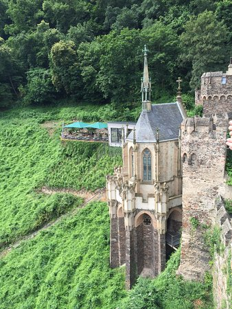 Trechtingshausen, Alemania: Castle chapel with cafeteria behind