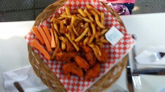 Westport, แคนาดา: Cove Hot wings n fries_large.jpg