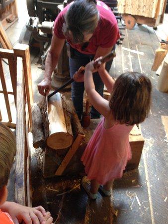 Meredith, estado de Nueva York: Peeling bark before making a shingle