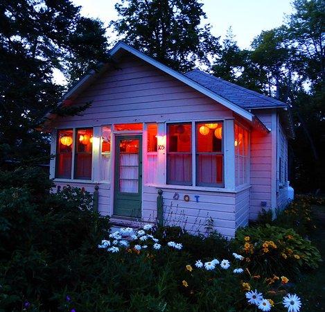 Caroga Lake, Estado de Nueva York: The enclosed front porch is lit at night by Japanese lanterns!