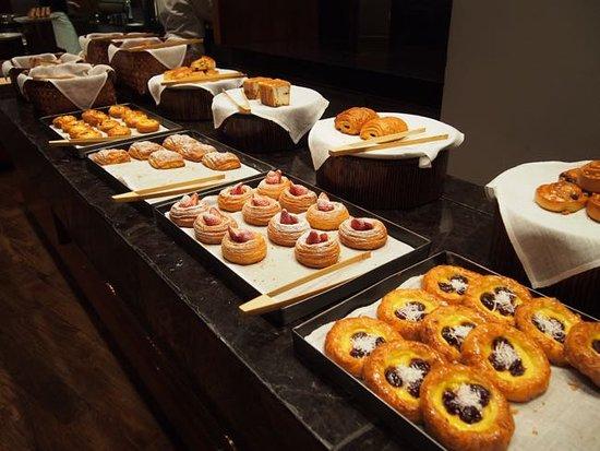 The Shilla Seoul: パンメニューが豊富な朝食。
