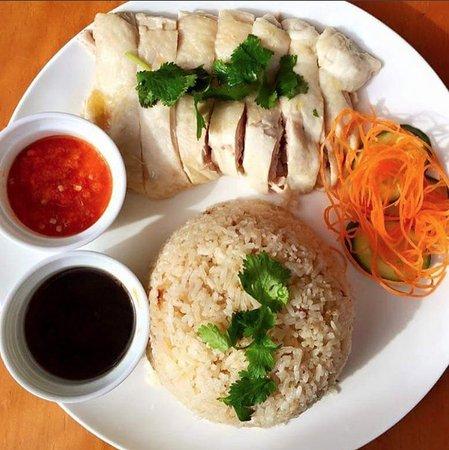 Parramatta, Australia: Hainan Chicken with chicken rice and chilli sauce