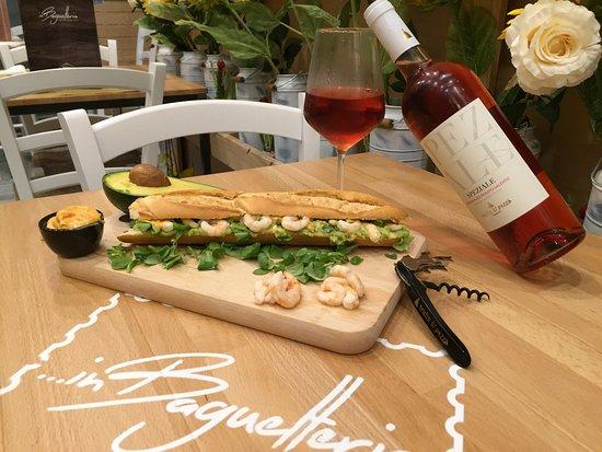 Francavilla Fontana, Italien: Baguette del giorno: Gamberetti, avocado, scalogno lime e salsa aurora!