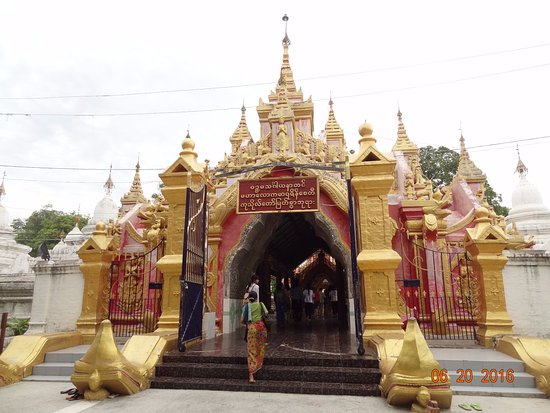Kuthodaw Pagoda & the World's Largest Book : Entrance to the temple.