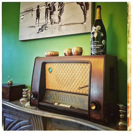 Stepping Stone Inn: Antique radio on the dining room.