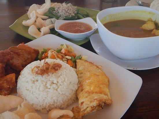 Balenta Bungalows: Nasi Campur Ayam, Kelak Kuning, Plecing Kangkung