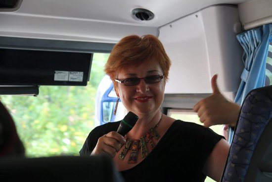 Corbera de Llobregat, Испания: Nuestra guia usando el microfono en el bus
