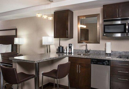Sudbury, Массачусетс: Studio King Suite - Kitchen Area
