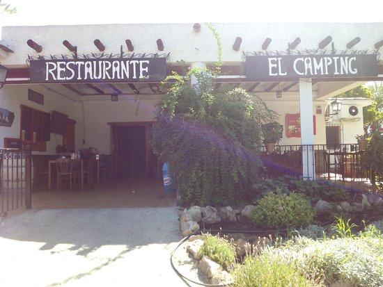 Órgiva, Spanien: Entrada al restaurante con amplias terrazas