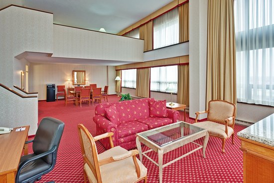 Rosemont, IL: Holiday Inn Express Bi-Level Suite lower level Living Room