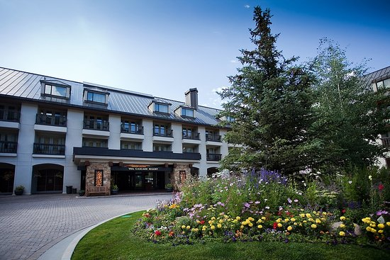 Vail Cascade Resort & Spa: Vail Cascade Exterior Summer Entrance