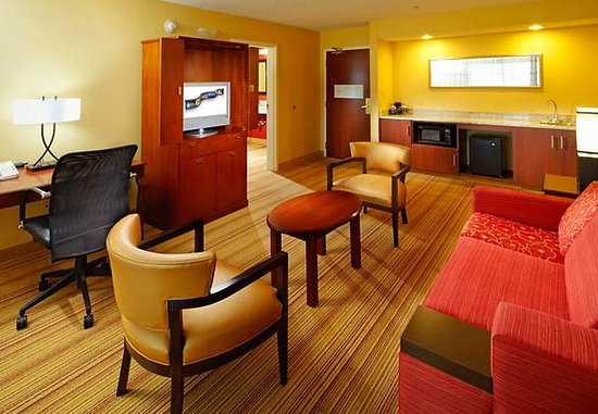 แอลทูนา, เพนซิลเวเนีย: King Suite Living Area