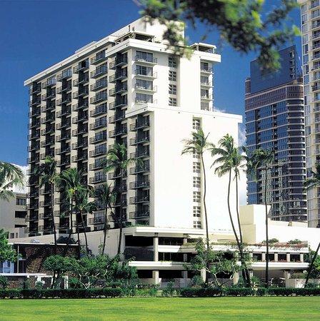 DoubleTree by Hilton Alana - Waikiki Beach: Hotel Exterior