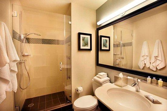 DoubleTree by Hilton Alana - Waikiki Beach: Newly Renovated Standard Bathroom