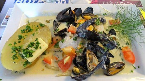 Rochefort, Frankreich: mouclade avec poisson poché