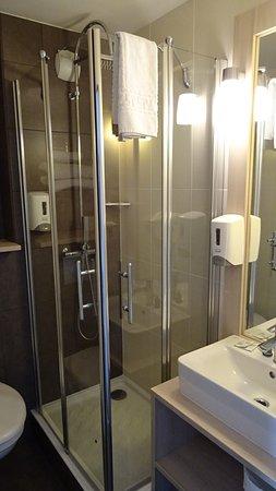 Rochefort, Frankreich: salle de bain compacte mais lumineuse