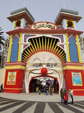 Entrance to lunar park picture of luna park melbourne for Puerta 9 luna park