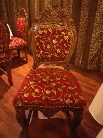 Emarald Hotel: Beautifully ornate chairs