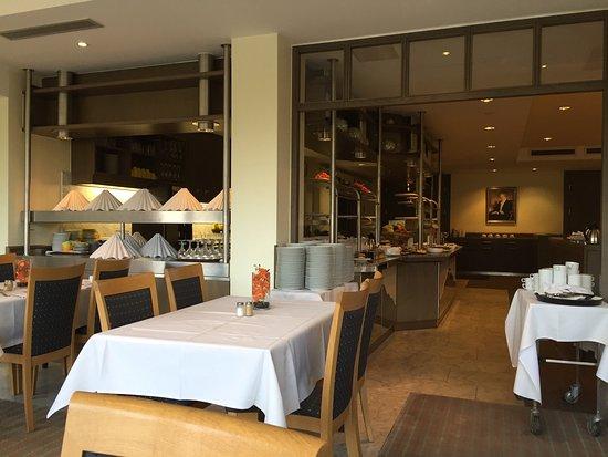 Bad Honnef, Alemania: Aussicht vom Restaurant und Frühstücksbüffet