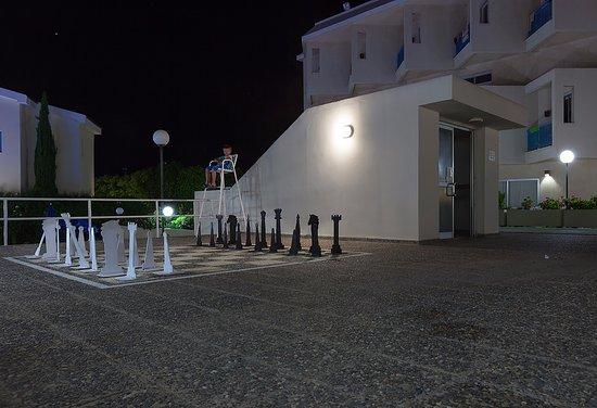 Kissos Hotel: Гигантские шахматы