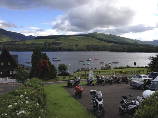 Lochearnhead, UK: The beautiful loch and scenery, again from the bar area balcony.