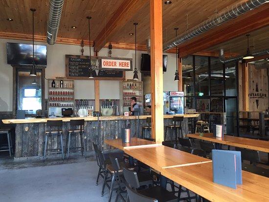 Grand Marais, MN: Bar and dining area