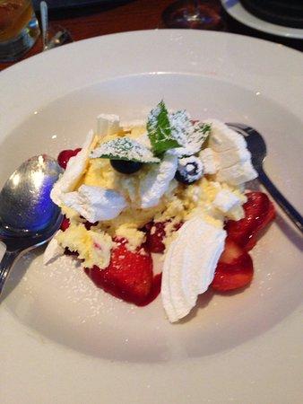 Rosemarkie, UK: Meringue cream fresh strawberries.