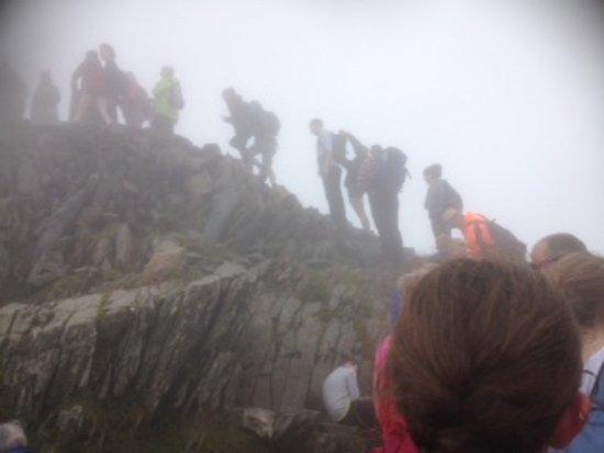 Llanberis, UK: queue at the top of Snowdon