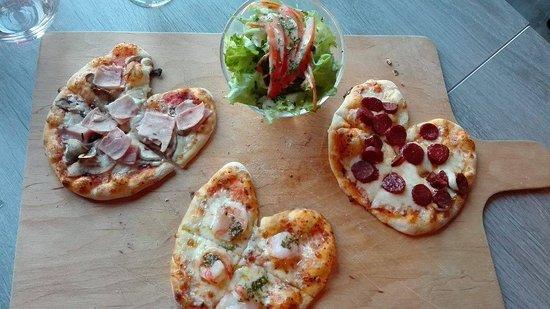 Ostwald, Frankrijk: mini pizza à partager en apéro accompagné d'une salade verte, carottes et tomates