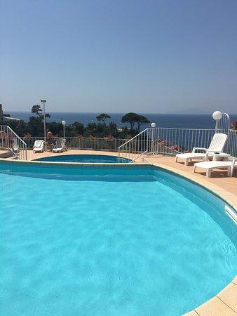 Villa Lubrense : Ovan i fred från barnskrik på stranden som ligger långt ner. Fantastisk utsikt och lugnt