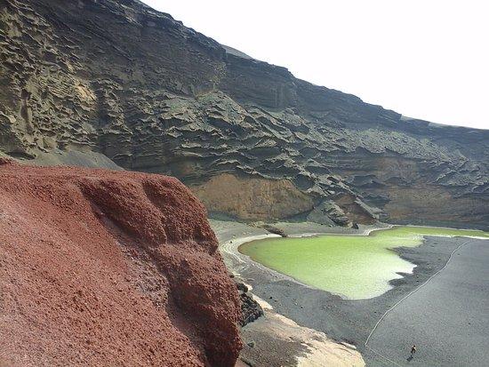 EL Golfo, España: lago verde e le rocce laviche con i diversi colori