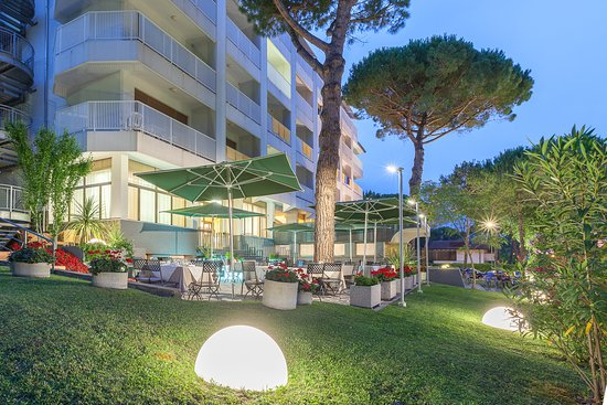 Hotel President Lignano: Restaurant Terrace by evening