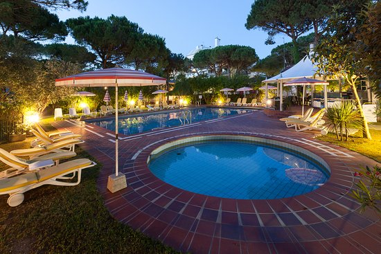 Hotel President Lignano: Pool and pool Bar by night