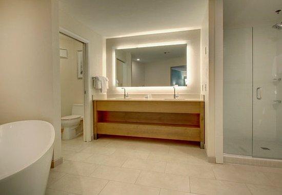 Solana Beach, CA: King Executive Suite Bathroom