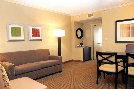 Deerfield, IL: Wet Bar of Guest Room